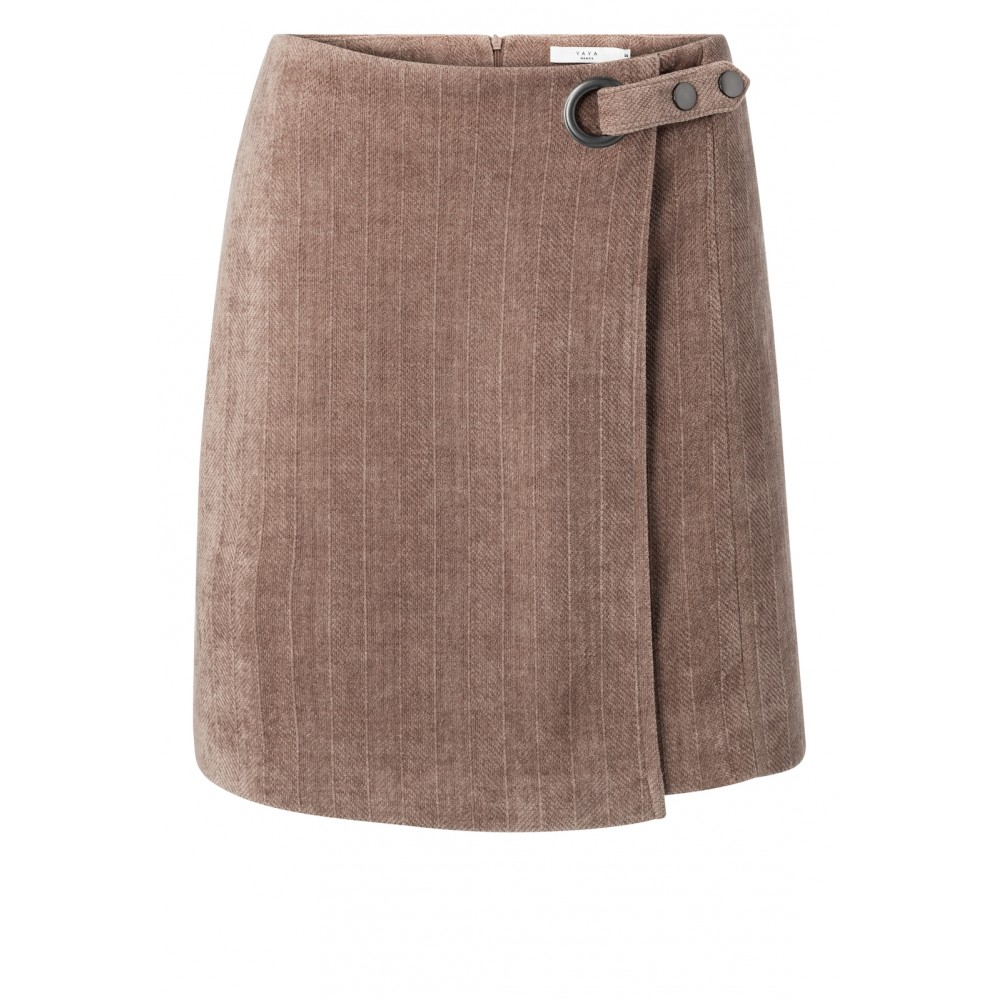 structured-mini-skirt-with-belt-and-fishbone-pattern